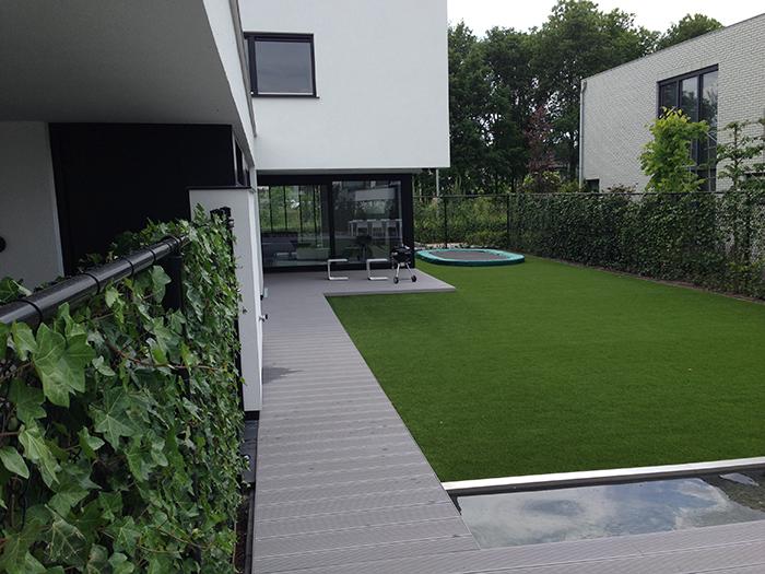 Strakke moderne tuin met kunstgras Eindhoven